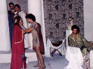 Sí, es el. A la derecha, el actor malagueño Antonio Banderas en una de sus representaciones teatrales en el Teatro Romano.  Foto de Eugenio Griñán, cedida por Diario Sur