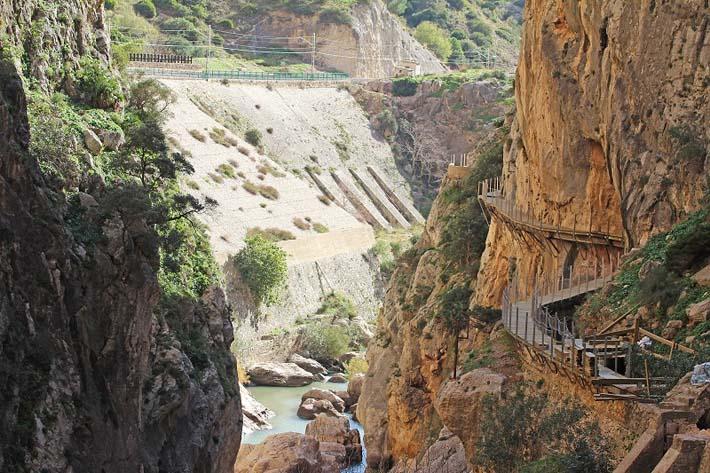 La pasarela totalmente restaurada en el Desfiladero (foto de la Diputación malagueña)