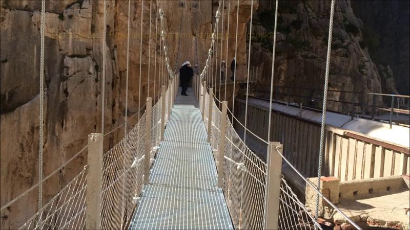 Vista del puente colgante por el que se inicia el recorrido desde la Estación de El Chorro
