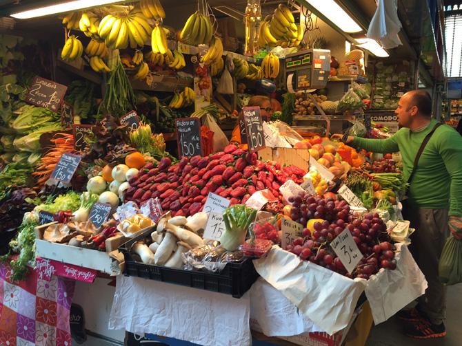 El colorido y la variedad de los puestos de fruta tienen un poder hipnotizador